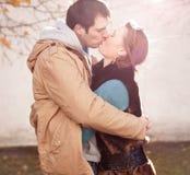 paret kysser barn Arkivfoton