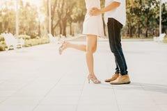 Paret lägger benen på ryggen förälskat medan dem som kysser royaltyfria bilder