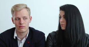 Paret löser kris i kort tid, sinnesrörelser från desperat till lycka i några sekunder stock video