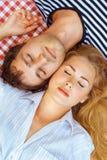 Paret ligger för att head stängda ögon Royaltyfri Foto
