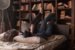 Paret ligger på sängen Royaltyfri Fotografi