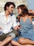 Paret lyssnar till musik Royaltyfri Fotografi