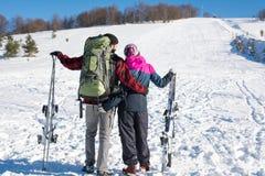 Paret med skidar på det snöig berget royaltyfri bild