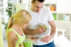 Paret på kaffeavbrott med prövkopior av målarfärg färgar Fotografering för Bildbyråer