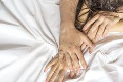 Paret räcker att dra vita ark i extas, orgasm Begrepp av passion orgasm erotiska ögonblick intimt begrepp könsbestämma arkivfoton