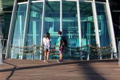 Paret ser förälskelselåsen runt om det Klocka tornet, Perth, Australien Arkivfoto