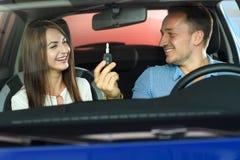 Paret ska köpa den nya bilen royaltyfri foto