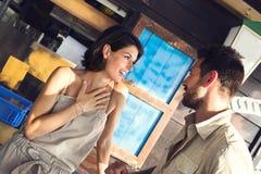 Paret skojar på restaurangen vid sjön arkivbild
