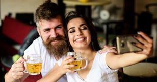 Paret som är förälskat på datum, dricker öl Bästa vän eller vänner som dricker öl i bar Hipster och flicka för man skäggig med öl royaltyfri bild