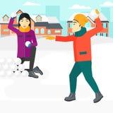 Paret som in spelar, kastar snöboll Royaltyfri Foto