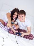 paret spelar spelrum Royaltyfri Foto