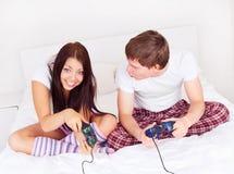 paret spelar spelrum Arkivbilder