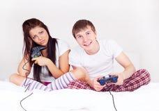 paret spelar spelrum Arkivfoton
