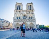 Paret tar en selfie av dem framme av den Notre-Dame domkyrkan Royaltyfri Bild