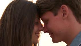 Paret trycker på upp huvud tätt arkivfilmer