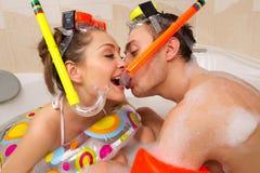 Paret tycker om ett bad arkivbild