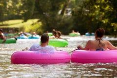 Paret tycker om floden för rör ner i sommarvärme Fotografering för Bildbyråer