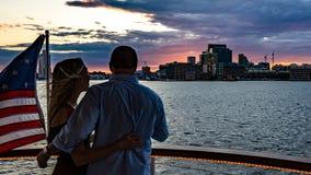 Paret tycker om solnedgångkryssning Royaltyfri Fotografi