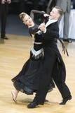Paret utför europeiskt standart program för vuxna människor på koppen för den yrkesmässiga mästerskapet för 10 dans för WDC huvud arkivfoto
