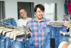 Paret väljer jeans på shoppa Royaltyfri Fotografi