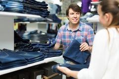 Paret väljer jeans på shoppa Royaltyfria Foton