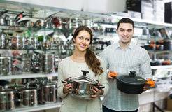 Paret väljer pannor shoppar in cookwaren Royaltyfri Foto