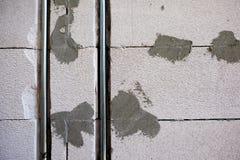 parete aerata del blocco in calcestruzzo e scatola elettrica Fotografia Stock Libera da Diritti