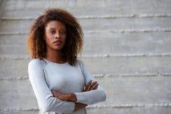 Parete afroamericana di Standing Against Office della donna di affari Fotografia Stock