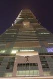 Parete anteriore del grattacielo famoso di Taipei 101 alla notte Immagini Stock