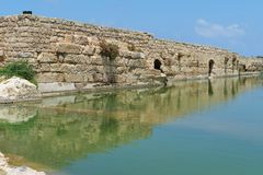 Parete antica che riflette nello stagno nel parco archeologico di Nahal Taninim, Israele Fotografia Stock Libera da Diritti