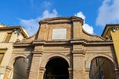 Parete antica con l'arco sul quadrato di Cavour a Rimini, Italia Fotografia Stock