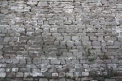 Parete antica del monastero dalla pietra ruvida nel cuore della Russia Fotografie Stock