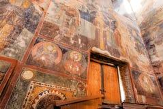 Parete antica dell'affresco della chiesa del XVI secolo degli arcangeli in Georgia Fotografie Stock