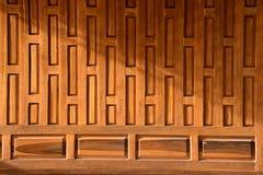 Parete antica di legno tailandese tradizionale della casa Stile di vita di legno interno di progettazione immagine stock
