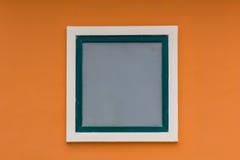 Parete arancio e finestra bianca Immagini Stock Libere da Diritti