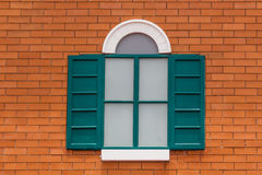 Parete arancio e finestra verde Fotografia Stock Libera da Diritti
