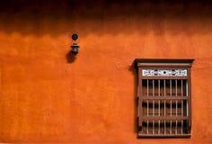 Parete arancio minimalista della facciata immagine stock