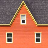 Parete arancio, tetto grigio e strutture della finestra gialle Fotografia Stock Libera da Diritti