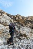 Parete ascendente della montagna dell'alpinista Fotografie Stock Libere da Diritti
