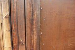 Parete bagnata dei pezzi di legno delle plance di strato arrugginito di ferro Fotografia Stock