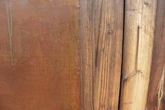 Parete bagnata dei pezzi di legno delle plance di strato arrugginito di ferro Immagini Stock