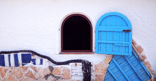 Parete bianca con la finestra blu Immagini Stock