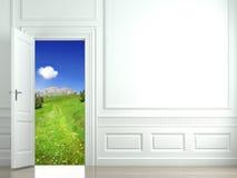 Parete bianca con la porta aperta al paesaggio Fotografie Stock Libere da Diritti