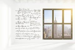 Parete bianca con le equazioni nella stanza vuota del sottotetto con la città di megapolis Fotografia Stock