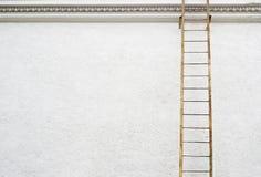 Parete bianca dello stucco con la scala del metallo Fotografia Stock