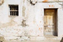 Parete bianca e porta della vecchia casa indiana immagine stock