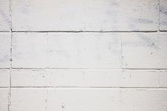 Parete bianca normale fatta da Cinder Blocks con dipinto sopra Graffitti Immagini Stock