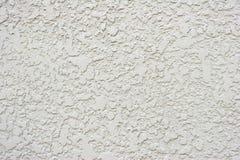 Parete bianca o grigia strutturata dello stucco con piccolo Crac Fotografia Stock Libera da Diritti