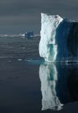 Parete bianco-blu Sunlit del ghiaccio Fotografie Stock