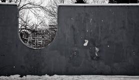Parete in bianco e nero nel parco immagini stock